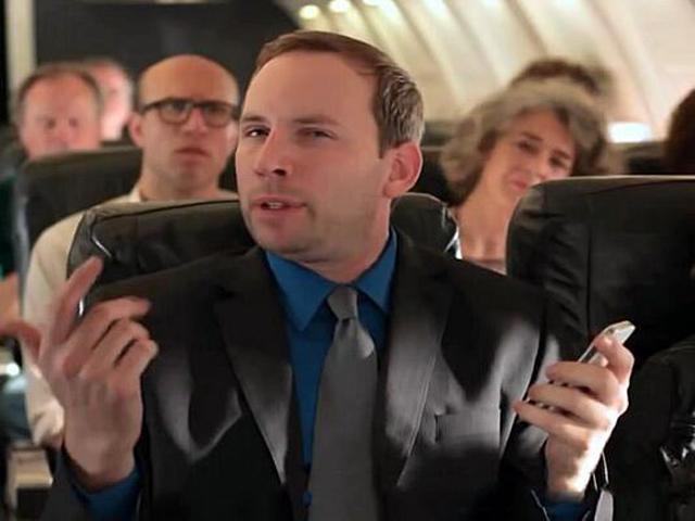 日前公布的《中华人民共和国民用航空法》修订征求意见稿,明确了14种危及民用航空安全和秩序的非法干扰行为,其中违反规定使用手机最高罚5万元的规定引发热议。飞机上到底能不能玩手机?国外对于飞机上使用电子设备如何规定?5万元的罚款是否过高? 文/新华社记者程群、贾远琨 中国民用航空局日前公布《中华人民共和国民用航空法》修订征求意见稿,面向社会公开征求意见。意见稿中明确了14种危及民用航空安全和秩序的非法干扰行为,其中包括违反规定使用手机或者其他禁止使用的电子设备。 意见稿规定,实施危及民用航空安全、秩序